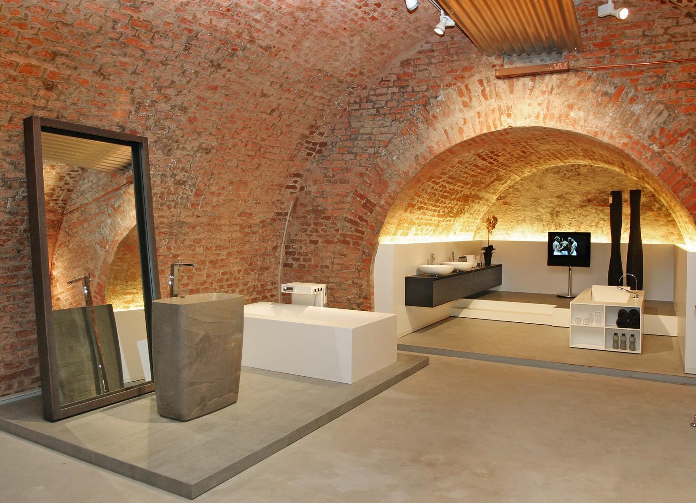 Moderne Badausstellung im Gewölbekeller