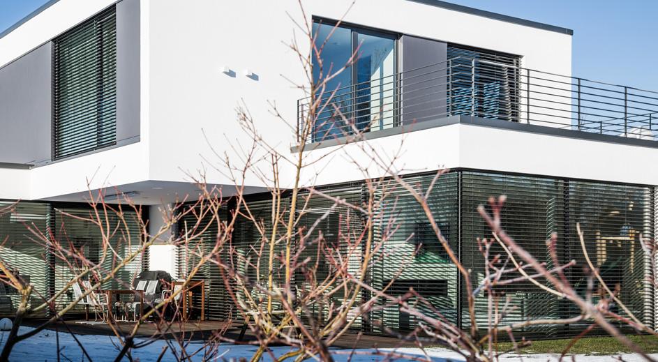 Stadtvilla, Einfamilienhaus im Bauhausstil, außenliegende Verschattung